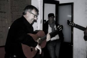 """Juan """"El Pija"""" en el cuarto de ensayo. Al fondo Calixto Pérez Fité. (foto de Belén Martínez)"""
