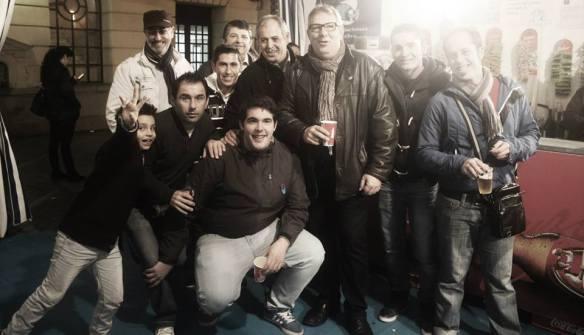 """Buena parte del grupo en la carpa de """"El Paty"""" frente al Gran Teatro de Huelva, 8 de Febrero de 2014"""