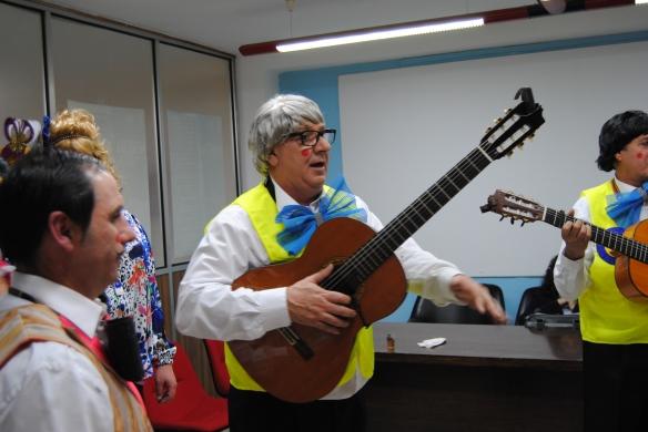 """Juan """"El Pija"""" dando instrucciones."""